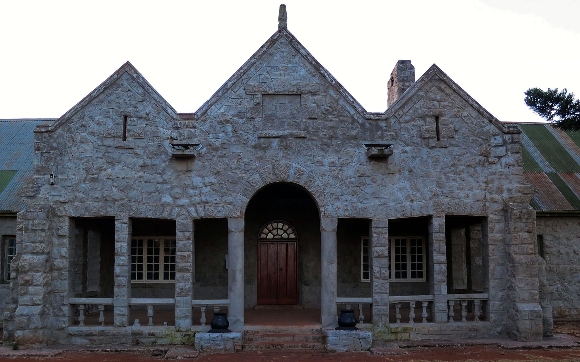 The 32-roomed Mcmillan Castle at Ol Donyo Sabuk National Park is a single-storied, high ceiling piece of early 20th-century architecture with underground bunkers built in the 1900s by Lord William Northrop Mcmillan.