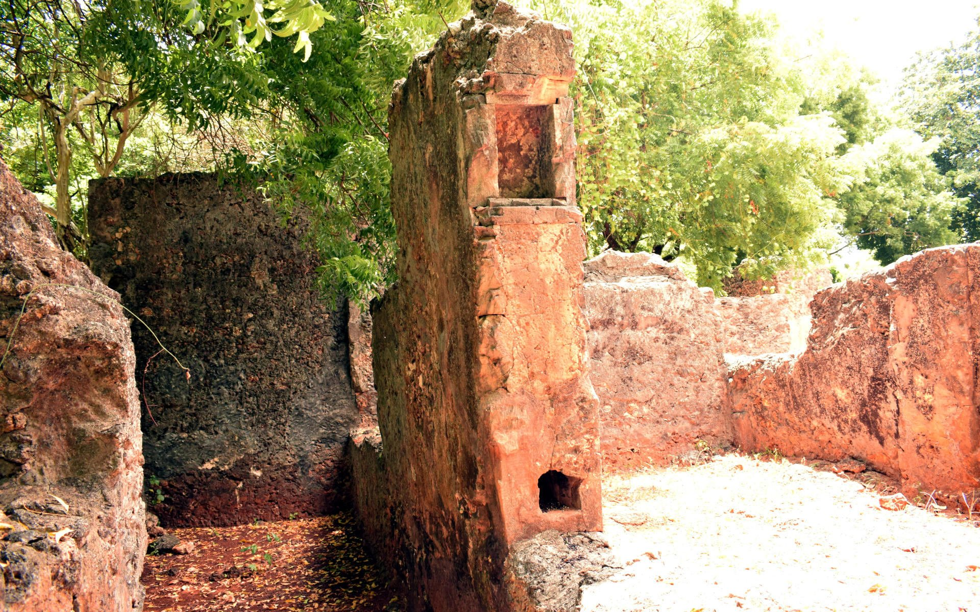 In Kilifi County, about 15 kilometres from Mombasa lies this famous tourist attraction site called Jumba la Mtwana. The name directly translated means 'the large house of the slave.' Why the ruins go by this name is unclear.