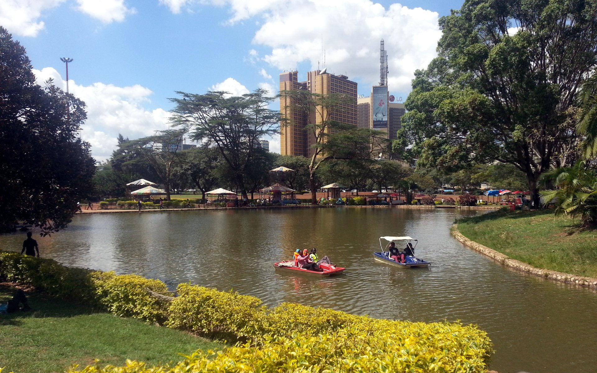 Uhuru Park is a 31.9-acre recreational park adjacent to the Nairobi Central Business District. It contains an artificial lake and several national monuments. It is also set to benefit from te planned smart lights that will be installed in major parks in the city.